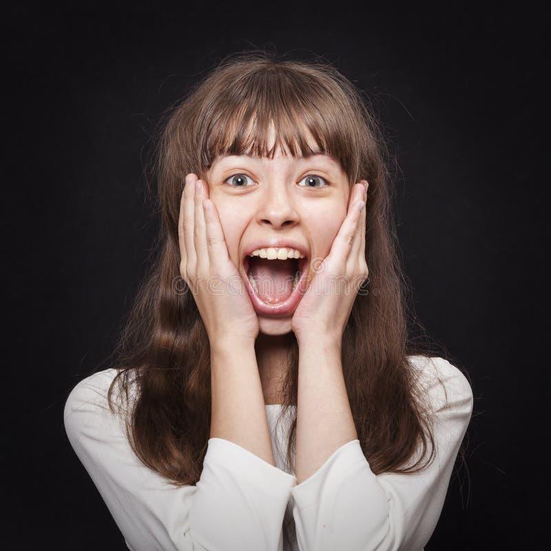 Retrato da moça muito emocionalmente responsivo à surpresa fotos de stock
