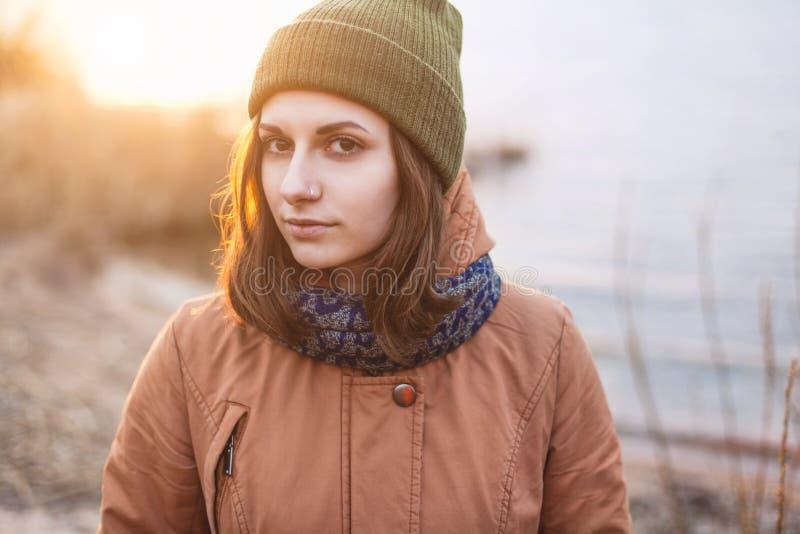 Retrato da moça no por do sol imagens de stock
