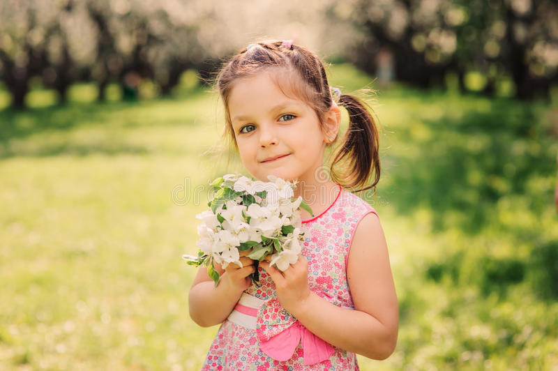 Retrato da mola da menina de sorriso bonito da criança foto de stock
