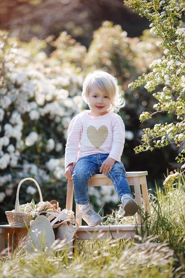 Retrato da mola de uma menina encantador que anda em um parque florescido fotos de stock royalty free