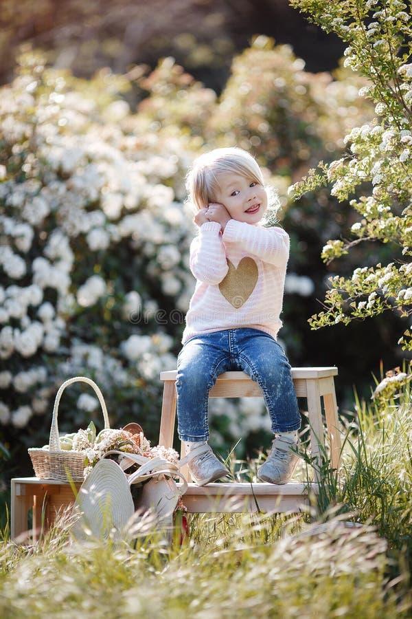 Retrato da mola de uma menina encantador que anda em um parque florescido imagem de stock royalty free