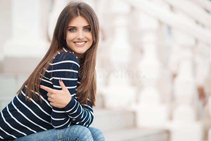 Retrato da mola de uma mulher bonita na cidade fora foto de stock