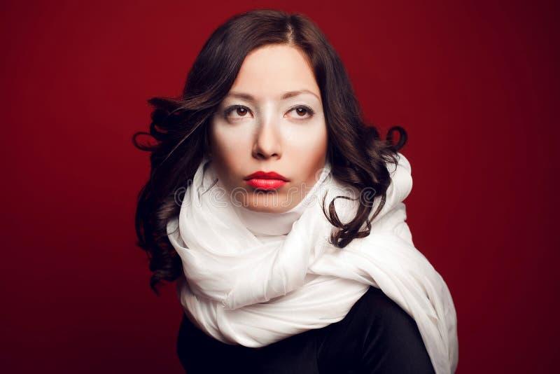 Retrato da morena bonita com composição dos arty fotos de stock royalty free