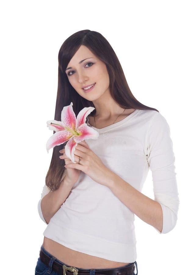 Retrato da morena bonita nova com a flor nas mãos imagens de stock