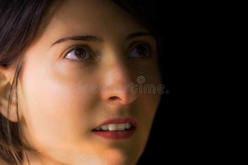 Retrato da morena, o novo e o bonito da mulher sem composição imagens de stock