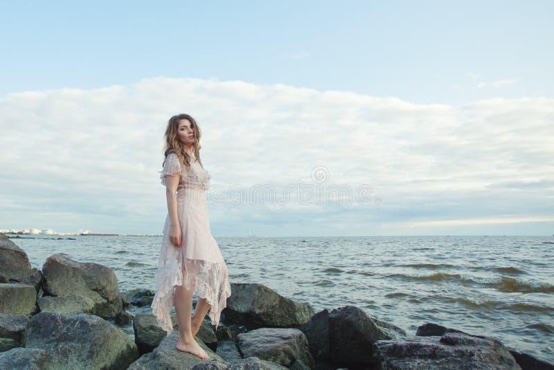 Retrato da mulher à moda na costa do oceano, beleza romântica imagens de stock royalty free