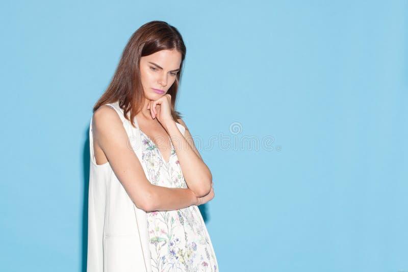 Retrato da mulher à moda nova foto de stock