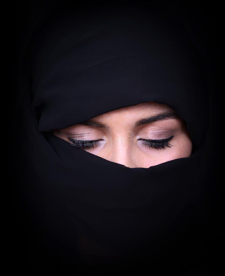 Retrato da mulher árabe bonita que veste o lenço preto imagem de stock royalty free