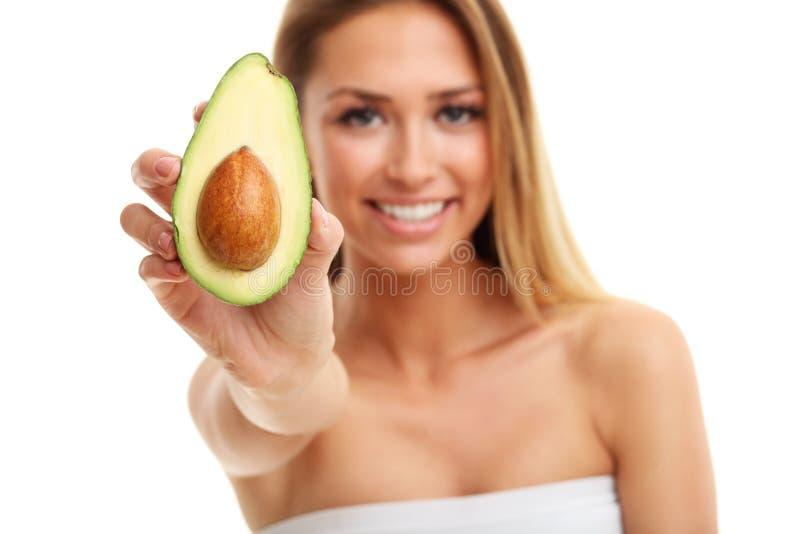 Retrato da mulher adulta atrativa com o abacate isolado sobre o fundo branco imagens de stock
