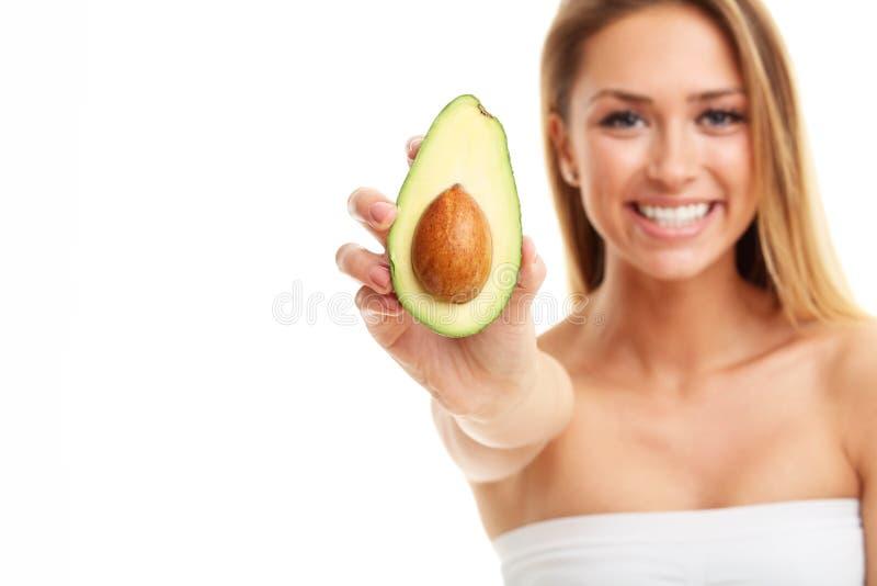 Retrato da mulher adulta atrativa com o abacate isolado sobre o fundo branco imagem de stock royalty free