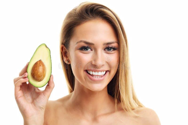 Retrato da mulher adulta atrativa com o abacate isolado sobre o fundo branco foto de stock royalty free
