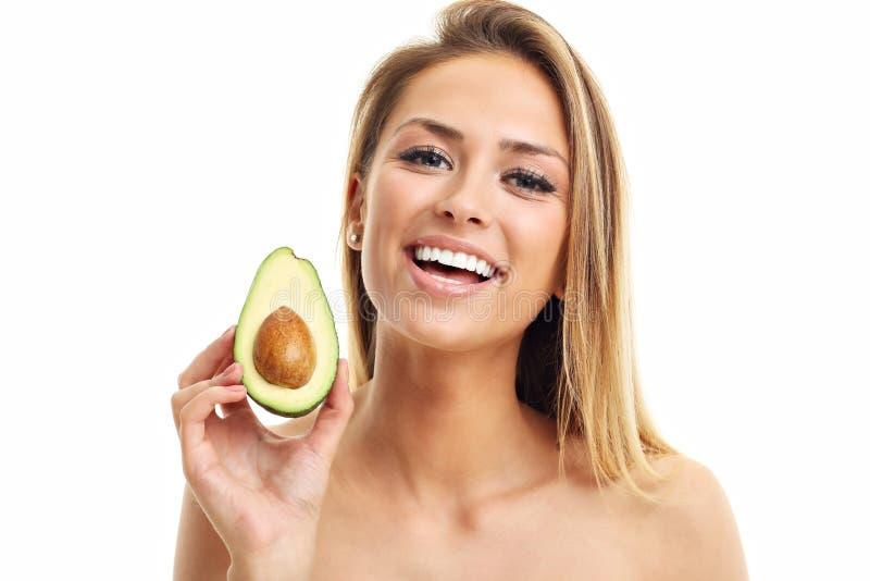 Retrato da mulher adulta atrativa com o abacate isolado sobre o fundo branco foto de stock