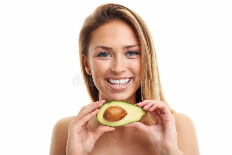 Retrato da mulher adulta atrativa com o abacate isolado sobre o fundo branco imagem de stock