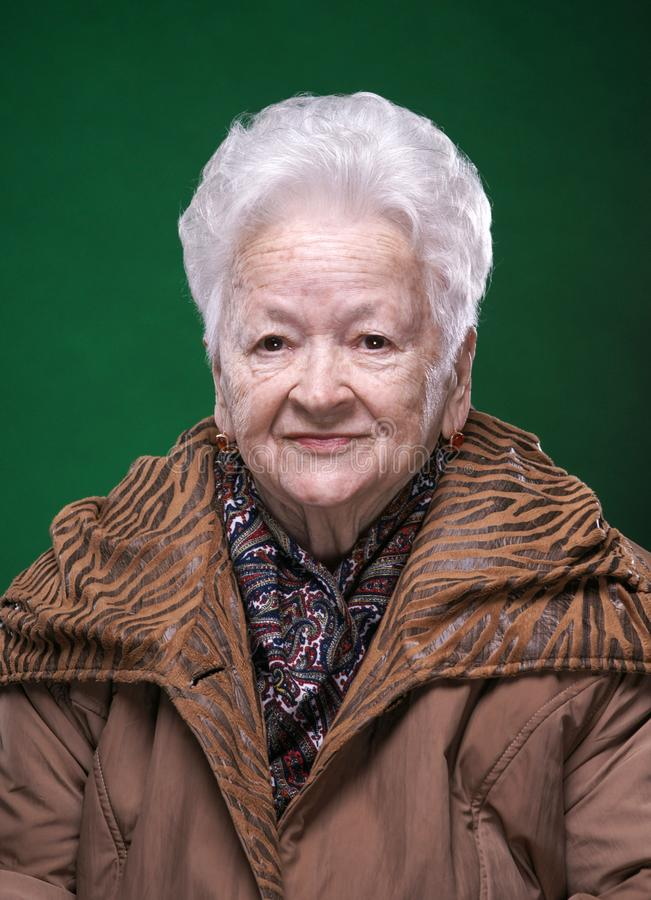 Retrato da mulher adulta bonita de sorriso fotos de stock royalty free