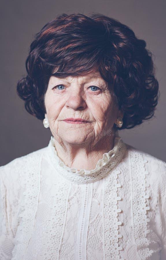Retrato da mulher adulta envelhecida bonita, 80 anos velha imagens de stock royalty free