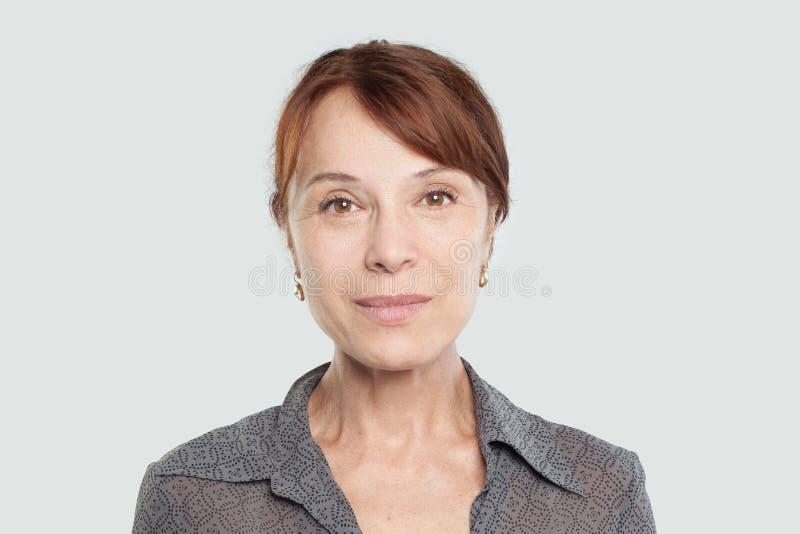 Retrato da mulher adulta meados de com braços cruzados imagens de stock royalty free