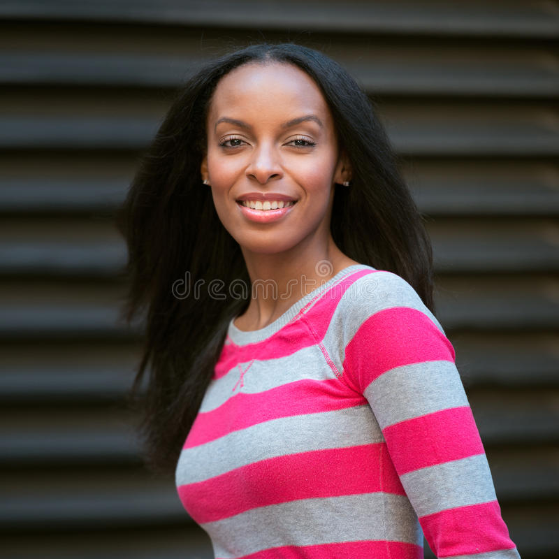 retrato da mulher adulta nova de sorriso do afro-americano bonito fotos de stock
