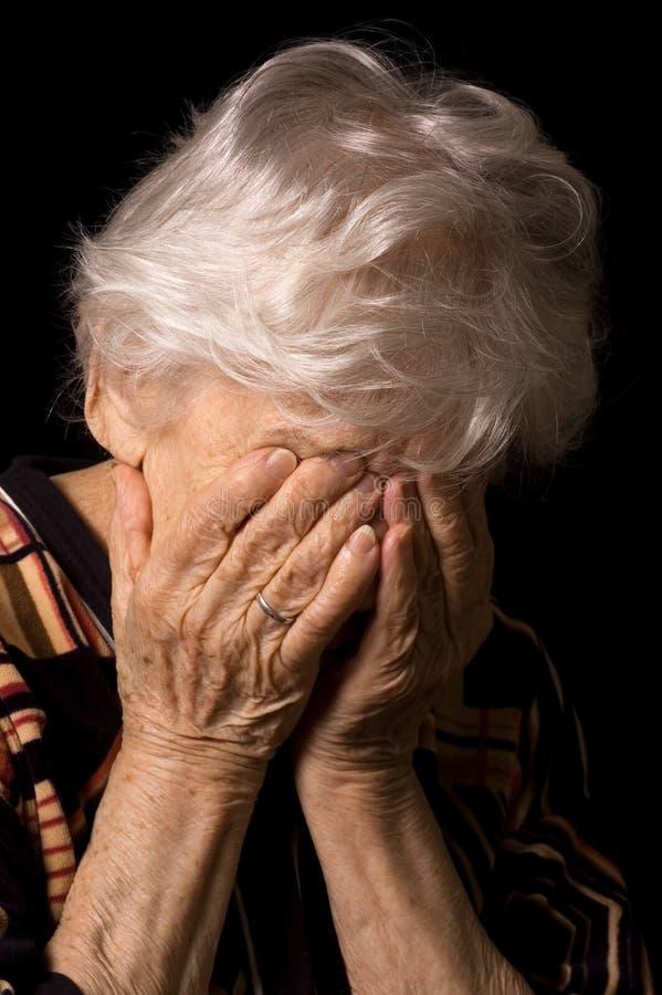 Retrato da mulher adulta um fundo preto fotografia de stock