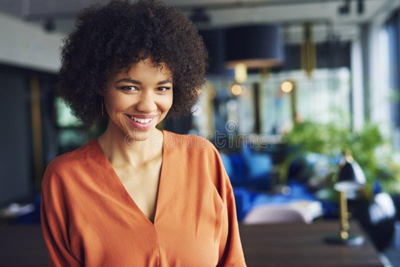 Retrato da mulher afro-americano bonita no escritório fotografia de stock