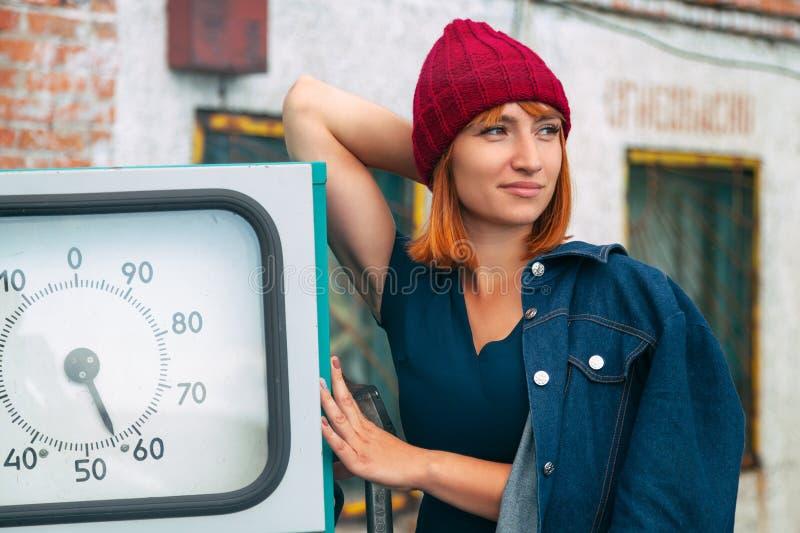 Retrato da mulher alegre imagens de stock