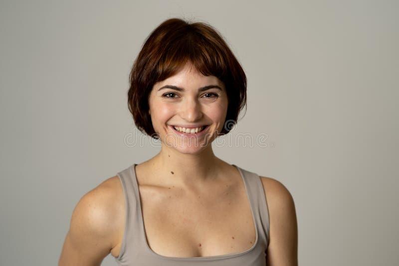 Retrato da mulher alegre atrativa nova com a cara feliz de sorriso Express?es e emo??es humanas imagem de stock