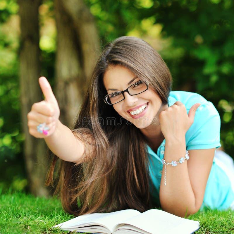 Retrato da mulher alegre de sorriso feliz nova no encontro dos vidros imagem de stock