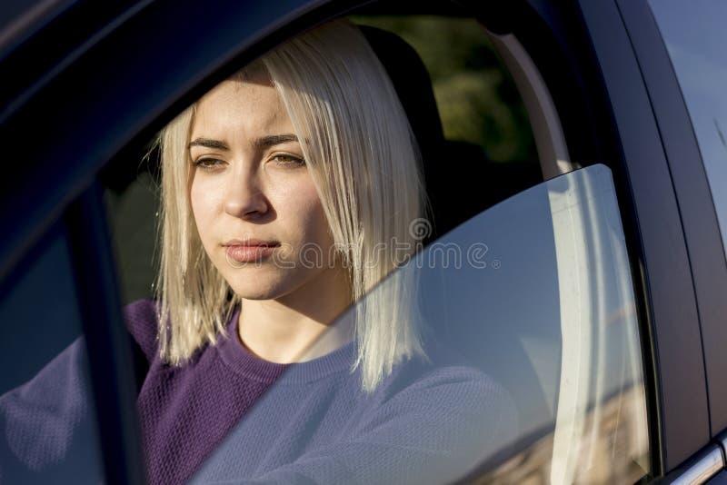 Retrato da mulher alegre nova atrativa no automobilístico novo para fora imagem de stock