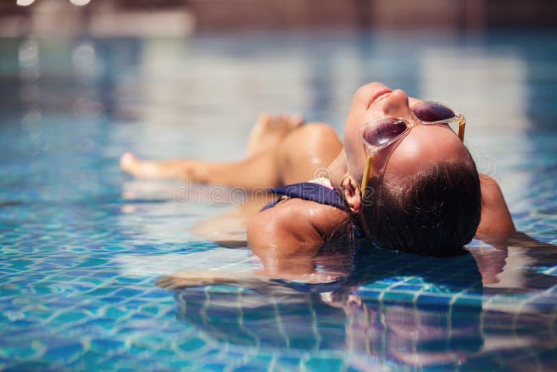 Retrato da mulher alegre 'sexy' que relaxa na piscina luxuosa imagens de stock royalty free