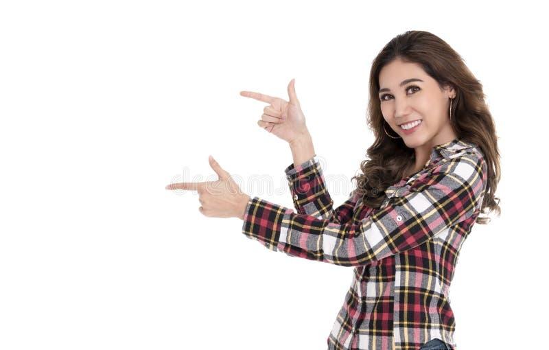 Retrato da mulher asiática alegre que aponta os dedos no copyspace isolado sobre o fundo branco imagens de stock royalty free