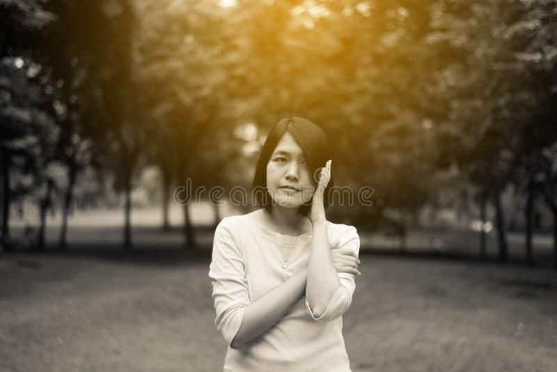 Retrato da mulher asiática bonita do cabelo curto que está em exterior na manhã, feliz e sorrindo, pensamento do positivo fotografia de stock royalty free