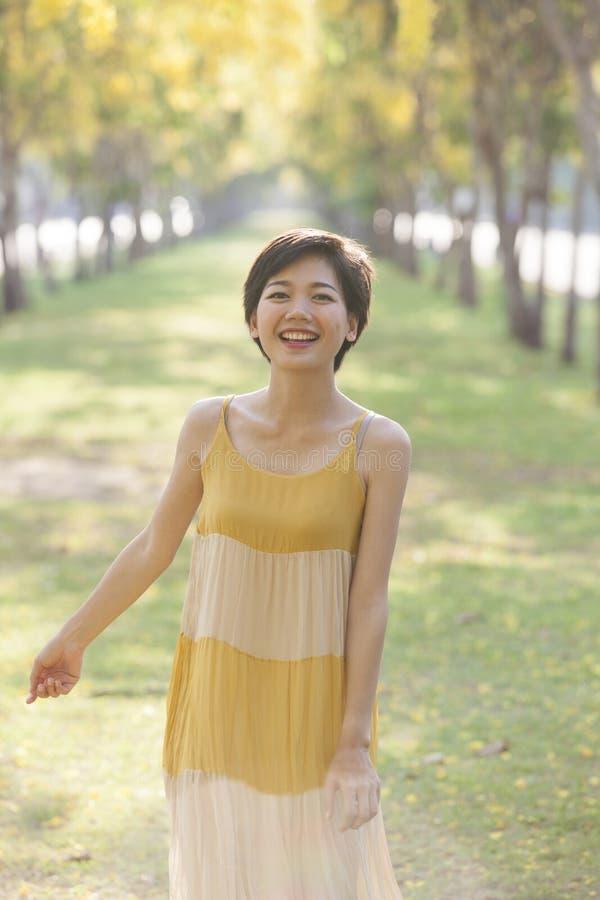 Retrato da mulher asiática bonita dos pares que está em f de florescência imagem de stock royalty free