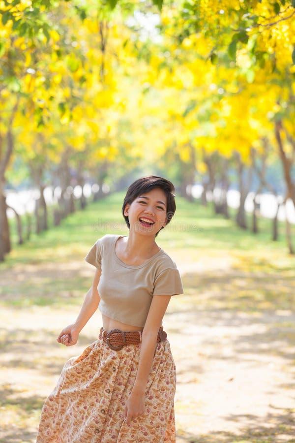Retrato da mulher asiática bonita dos pares que está em f de florescência fotografia de stock royalty free