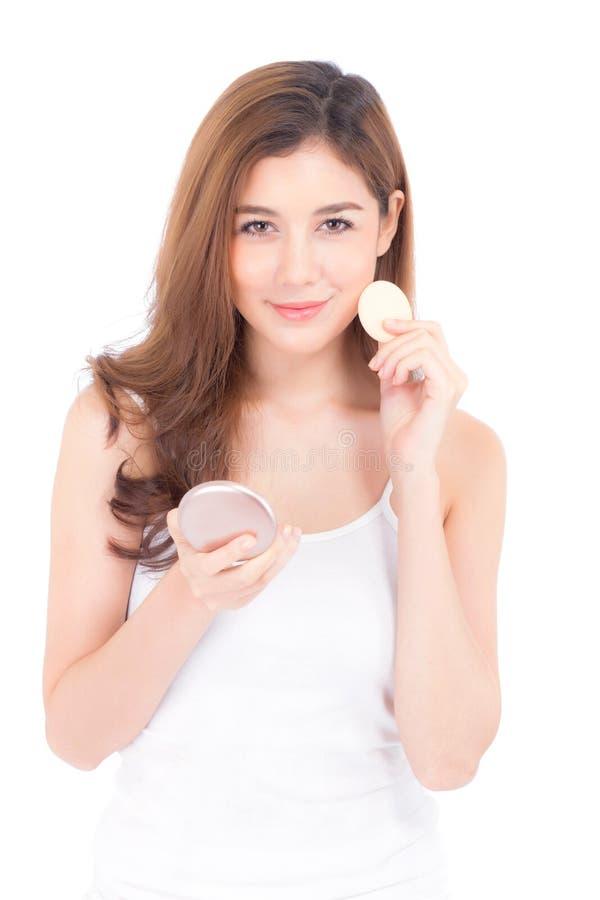 Retrato da mulher asiática bonita que aplica o sopro de pó na composição do cosmético, beleza do mordente da menina com sorriso d fotografia de stock