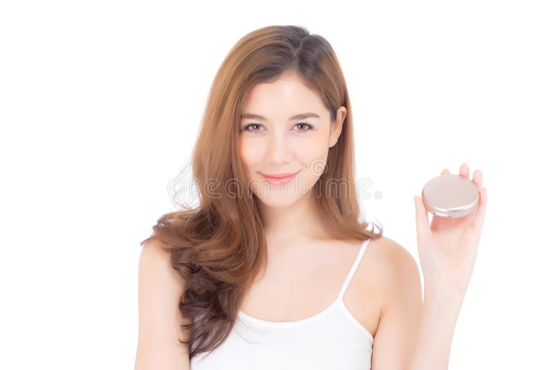 Retrato da mulher asiática bonita que aplica o sopro de pó na composição do mordente do cosmético imagem de stock royalty free