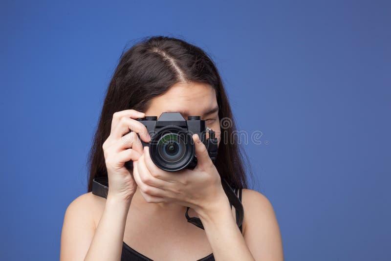 Retrato da mulher asiática com câmera da foto fotografia de stock royalty free