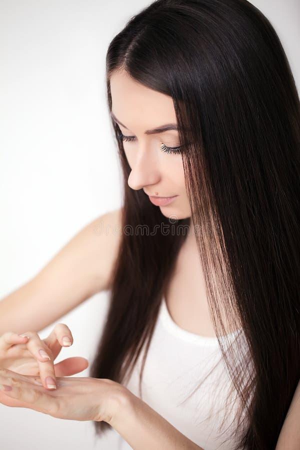 Retrato da mulher asiática de sorriso bonita com penteado elegante foto de stock royalty free
