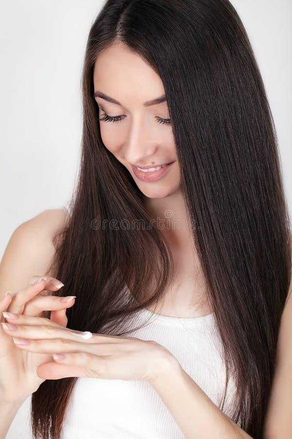 Retrato da mulher asiática de sorriso bonita com penteado elegante foto de stock