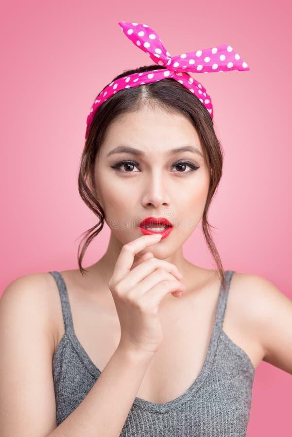 Retrato da mulher asiática do pinup bonito com composição do vintage e foto de stock royalty free