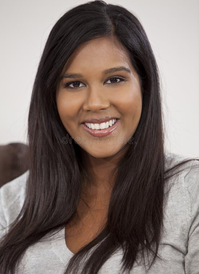 Retrato da mulher asiática indiana nova bonita imagem de stock royalty free