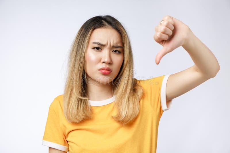Retrato da mulher asiática louca louca pensativa de grito triste Mulher asiática nova do close up isolada no fundo branco imagens de stock royalty free
