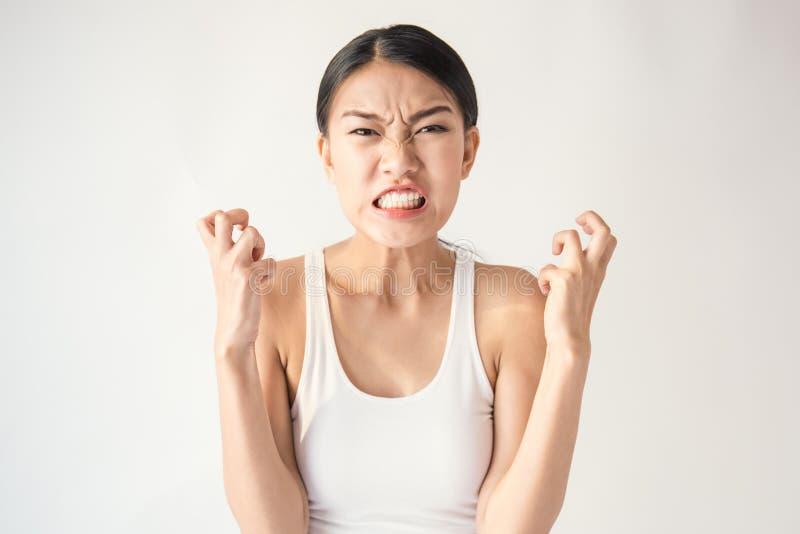 Retrato da mulher asiática louca louca pensativa irritada que grita para fora a expressão, facial foto de stock royalty free