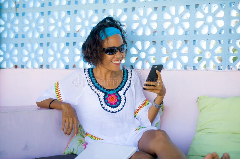 Retrato da mulher asiática nova do moderno atrativo e feliz que tem o telefone celular de utilização relaxado do Internet do dive fotografia de stock