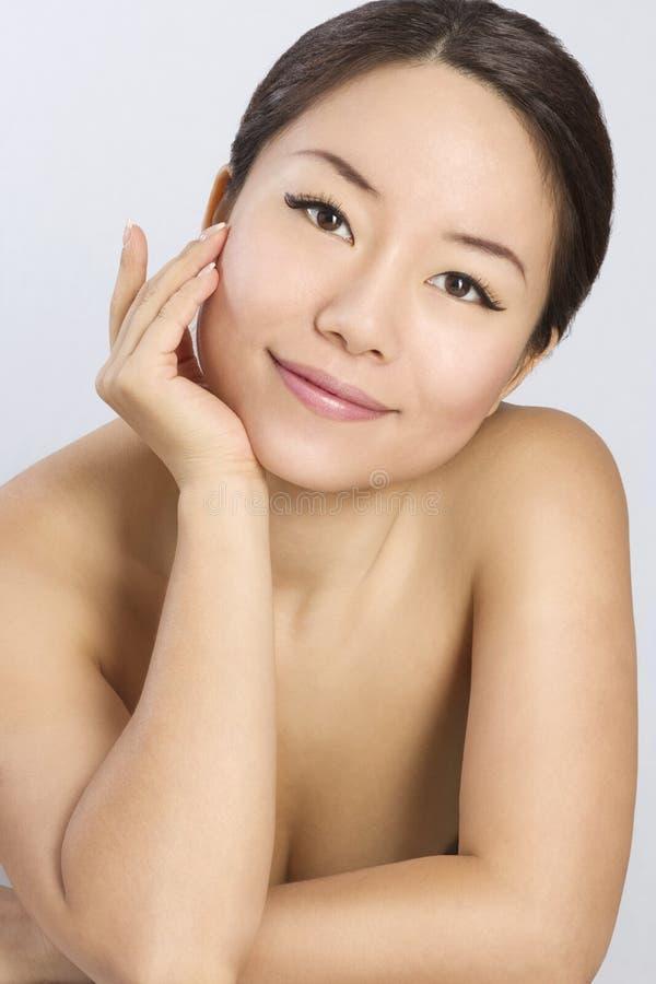 Retrato da mulher asiática nova e bonita. foto de stock