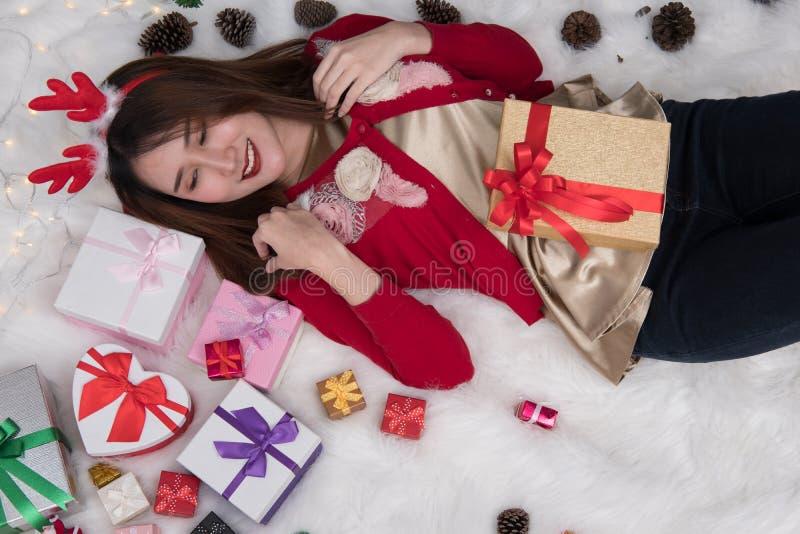 Retrato da mulher asiática que encontra-se em casa menina com presente BO do presente fotos de stock royalty free