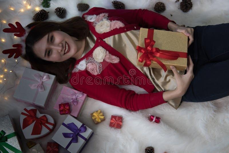 Retrato da mulher asiática que encontra-se em casa menina com presente BO do presente imagens de stock