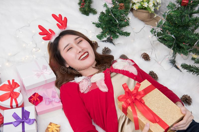 Retrato da mulher asiática que encontra-se perto da árvore de Natal em casa Menina fotos de stock
