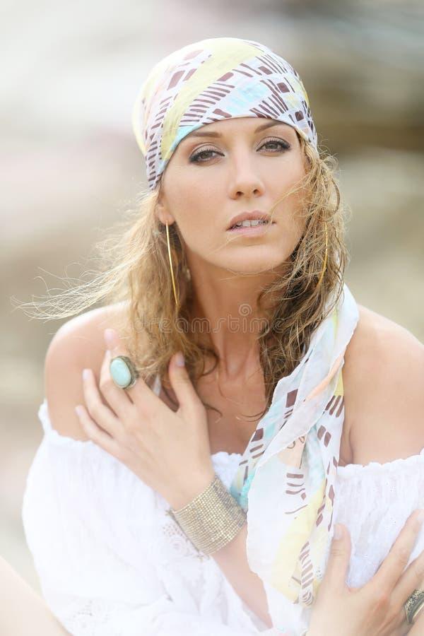 Retrato da mulher atrativa na roupa aciganada imagem de stock royalty free