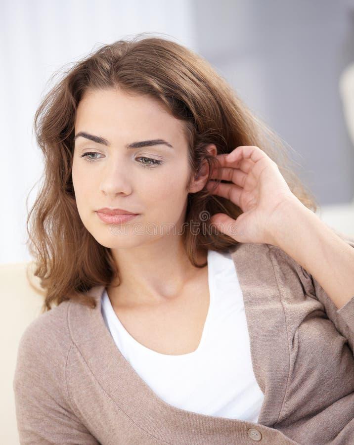 Retrato da mulher atrativa que joga com cabelo fotografia de stock
