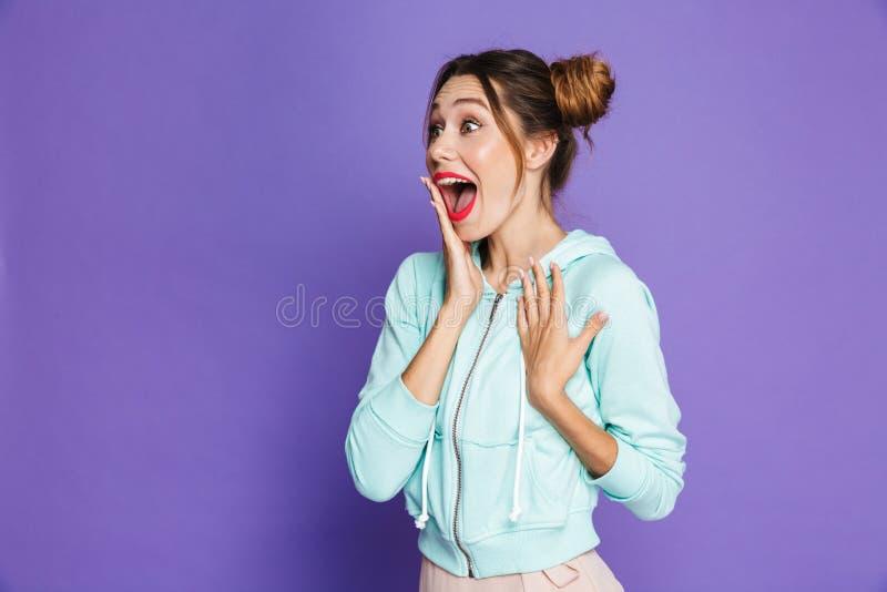Retrato da mulher atrativa surpreendida com os dois bolos que guardam o ha foto de stock royalty free
