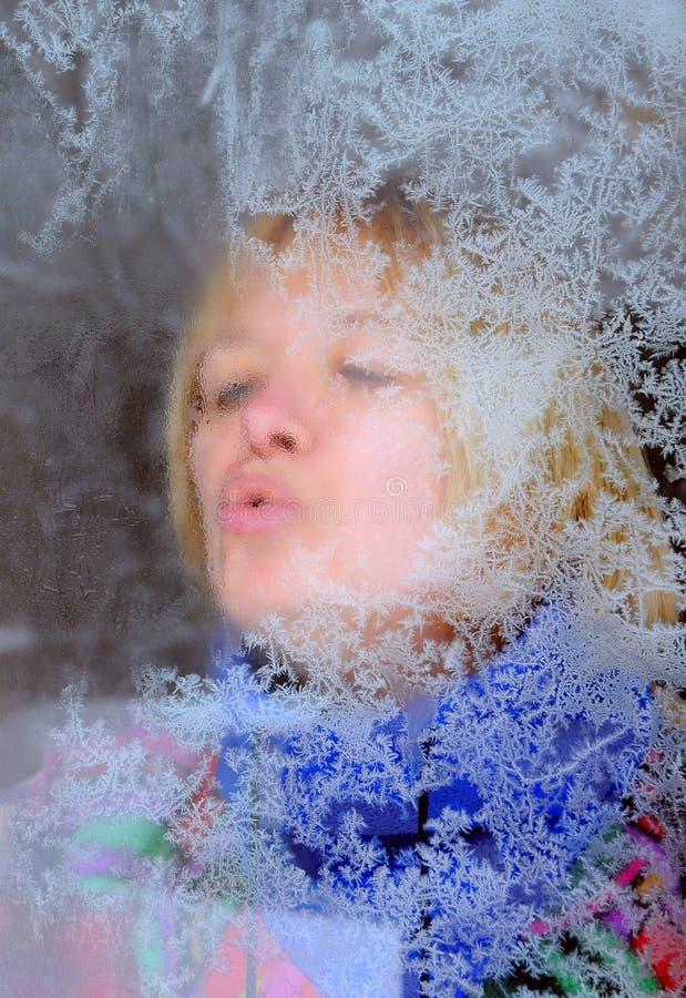 Retrato da mulher através de Frosty Window fotos de stock
